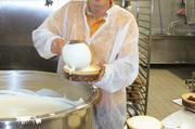6000 Käsekuchen jede Woche: Stefan Linder füllt die Formen.