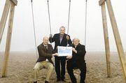 Heinz Essel (BKV-Nord) und Gustav Baumgarten (EOM der Innung Holstein) übergaben einen Scheck über 1000 Euro an Travemündes Kurdirektor Uwe Kirchhoff.