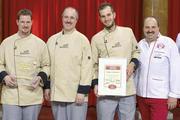 Glückliche Sieger: Umringt von den fünf Jury-Mitgliedern (in weiß) freuen sich Klaus, Heinz und Max Kugel (von links) über den Sieg.