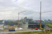 Derzeit ist der Rohbau für das neue Werk noch voll im Gange und soll in Kürze abgeschlossen sein.