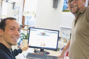 Tobias Binder (links) pflegt die Facebook-Seite, Vater Eberhard schreibt einen Blog.