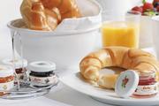 Konfitürenauswahl beim Frühstücksangebot: Mini-Gläser als ansprechende und hygienische Portionen.