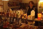 Sofie Bernau bietet im Laden rund 35 Sorten Weihnachtsgebäck an.