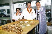 """Ölmüller Winfrid Heinen (rechts), Bäckermeister Klaus Peter und Mitarbeiterin Valérie Schubert sind überzeugt, dass das VITIS-Vitalbrot mit Traubenkernmehl als die jüngste Brotart """"made by Bäcker Peter"""" bei den Kunden gut ankommen wird dank seines gu"""