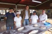 Thomas Cieslik (Mitte) besucht den deutschen Bäckermeister Günther Thiermann (rechts) und sein Team im Kinderdorf in Guatemala.