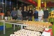 """Die Teilnehmer des """"World Cafés""""  erfreuen sich der Kuchenspenden beim gemeinsamen Treffen im Flüchtlingsheim."""