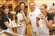 Das Verkaufsteam um Meister Ingo Möhring im Bäckerei-Café mit französischem Flair – einem von fünf Standorten des Unternehmens.