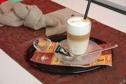 Ein Latte Macchiato, serviert im Café-Bistro.