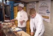 Einer von 15 Betrieben vor Ort: Jürgen Lenzer und sein Sohn Jakob in Aktion.