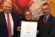 Eine Urkunde für die Sieger: Dr. Clemens Knoll (r.), Geschäftsführer der ABZ, überreicht Miwe-Inhaberin Sabine Michaela Wenz und dem Leiter des Geschäftsbereichs Backstationen, Armin Werner, die Auszeichnung