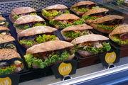 Vegane Snacks in einer Bäckereitheke.