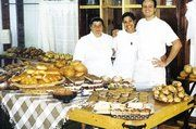 Auch in Israel wird die Vielfalt der deutschen Bäckerei geschätzt: Unser Foto zeigt einen der ehemaligen deutschen Bäcker mit zwei Schülerinnen im Verkaufsraum des Kinderheims.