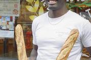Djibril Bodian  vor seiner Bäckerei  im 18. Arrondissement  in Paris.
