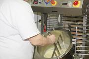 Wenn die Masse fertig ist, wird sie per Hebelmechanik in vorbereitete Gefäße gekippt.