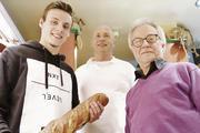 Azubi Meikel Niezcnick (von links) wird von seinem Ausbilder Volker Kleinle und Senior Experte Kurt  Freitäger kräftig unterstützt.