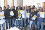 17 Flüchtlingen aus Syrien, Gambia, Nigeria, Kamerun und Sri Lanka haben in Ravensburg Bäcker ihre Ausbildungsverträge überreicht.