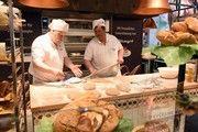 Für Bäcker gilt es den Spagat zwischen Technik und natürlichen Backwaren zu meistern.