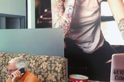 Designelemente wie dieses großformatige Wandfoto sollen junge Kunden anlocken, ohne ältere abzuschrecken.