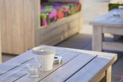 Lounge-Bereich im Freien – da nimmt der Gast gerne Platz.