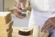 Zur Bestimmung der Krumenweichheit wird ein definierter Bereich aus einem Brot entnommen.