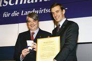 Der neue DLG-Präsident Carl-Albrecht Bartmer (rechts) überreicht die Große Goldene Max-Eyth-Denkmünze an Philip Freiherr von dem Bussche.