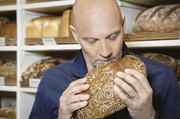 Witterung aufgenommen: Brotbotschafter Simon Licht setzt sich mit dem Produkt seines neuen Amtes auseinander.