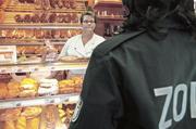 Ungebetene Kunden: Zollbeamte zu Besuch in einer Bäckerei.
