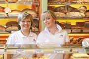 Färbt ab: Wenn Verkäuferinnen Kunden so freundlich lächelnd wie diese beiden empfangen, klappt's auch mit dem Umsatz.