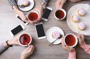 So möchten es viele Kunden: Kaffee, Tee und Cupcakes in Verbindung mit Nutzungsmöglichkeiten von Smartphone oder Tablet.