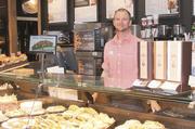 Ganz entspannt: Heiko Harder verkauft bei Junge in Hamburg Backwaren, Kuchen und Snacks.