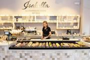 Ein niederländischer Designer hat Theke und Caféausstattung mit nahbarer Eleganz geprägt. Juliane Hirsch trägt wie alle Mitarbeiter ein schwarzes Polo-Shirt mit Firmenlogo.