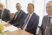 Am Vorstandstisch (von rechts): Herbert Meyer, Frank Daube, Geschäftsführer Klaus Nerjes und Aufsichtsratsvorsitzender Klaus Borchers.
