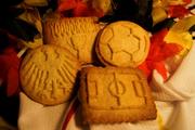 Gregor Stapper backt Kekse ganz im Zeichen der EM.