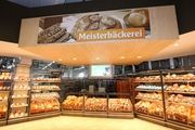 Eine der Meisterbäckereien, integriert in den Globusmarkt, gewährt Kunden Einblicke in die Backstube.