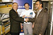 Preisübergabe in der Backstube: Handwerkskammerpräsident Walter Heitmüller und Bäckermeister Friedhelm Schmidt gratulieren dem glücklichen Gewinner Helmut Harms (von links).