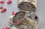 Ob schwarzes Baguette (oben) oder Fougasse (links): die Kombination mit Cranberry und Tomaten macht den optischen Reiz aus.