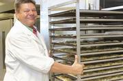 Uwe Badel verliert in der Produktion die traditionellen Produkte nicht aus den Augen.