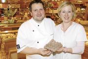 Confiserie inklusive: Bernd und Claudia Hochleitner produzieren und verkaufen neben Schokolade auch Pralinen.