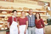 Bäckermeister Norbert Klemme mit dem Verkaufsteam im Hofladen der Gutsbäckerei.