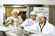 AMS-Präsident Wilfried Ackermann, Fleischwaren-Chef Dieter Richter und Gerald Seifert, Geschäftsführer der Bäckerei Bärenhecke, schickten die fünf Tonnen umfassende Sponsorengabe auf den Weg nach Italien.