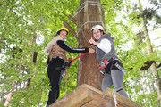 Haben Spaß: Jennifer Rastetter (links) und Jana Muser im Klettergarten.