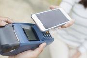 Einfach das Smartphone ans Lesegerät halten. So funktioniert bargeldloses Zahlen bereits in vielen Geschäften.