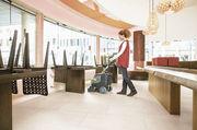 Klein, kompakt und bedienerfreundlich sollen sie sein: Scheuersaugmaschinen für Laden und Café.