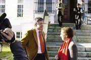 Schleswig-Holsteins Ministerpräsidentin Heide Simonis besuchte Gut Rosenkrantz und diskutierte mit Ernst-Friedemann Freiherr von Münchhausen (links) und Vertretern aus Landwirtschaft und Bäckerhandwerk über das regionale Dinkelprojekt und die Marktch