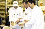 Einmal Bäcker sein – Bäckermeister Ingo Ganz (links) zeigte dem Niedersächischen Ministerpräsidenten Wulff (Mitte) wie man einen Hefezopf herstellt. Bäckermeister und Firmeninhaber Marco Langrehr (rechts) führte den Politiker durch seinen Betrieb.