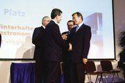 Ministerpräsident Günter Oettinger (l.) bei der Verleihung des Gastro-Innovations-Preises an Jürgen Winterhalter.