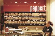 Verkäuferin in einer von 100 Standorten der Bäckerei Pappert, die auch mit guter Personalführung punktet.