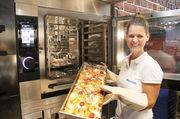 Der mit einem leistungsstarken Beschwadungssystem ausgestattete Umluftofen ist auch für die Zubereitung warmer Speisen geeignet.