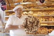 Der Bäckermeister mit seinem 4,5 Kilogramm schweren Schwarzwälder Laib, der in Hessen gut ankommt.