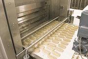 Seit Jahren ein bekanntes Bild in großen Bäckereien: Das Beschicken der Öfen geht vollautomatisch.
